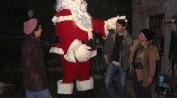 Mascotte géante du père Noël, animation de rue déambulatoire.